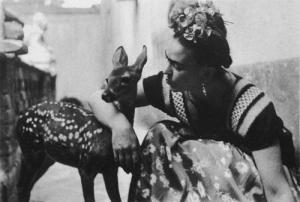 Frida Kahlo y su mascota Granizo.