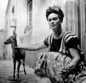 Frida Kahlo junto a su mascota Granizo.
