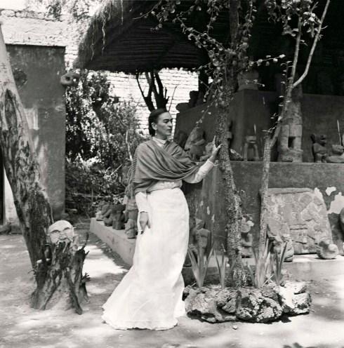 """""""Como siempre, cuando me alejo de ti, tomo dentro de mí tu mundo y tu vida, y así es como puedo sostenerme por más tiempo"""" Frida Kahlo © Gisèle Freund / IMEC / Fonds MCC"""
