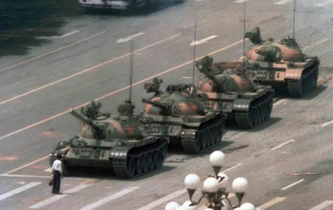 """1989, """"EL hombre del tanque"""" © Jeff Widener"""